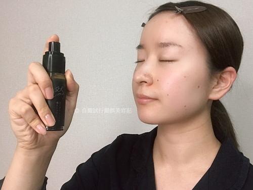 然プラス 生ビタミンシリカ導入シャワーを、顔にスプレーしている女性。