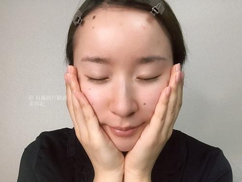 然プラス 生ビタミンシリカ導入シャワーを、顔にハンドプレスしている女性。