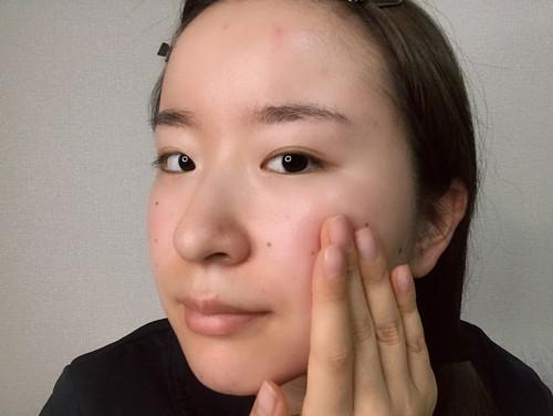 CESHRELL(セシュレル)オールインワン美白クリームを、乾燥の気になる頬に重ね塗りしている女性。
