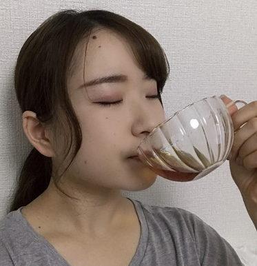 女性が「桃花スリム」を飲んでいる。