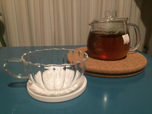 ガラスのティーカップと「桃花スリム」を抽出しているティーポット。
